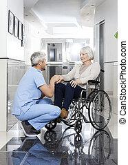 fysioterapeut, rullstol, kvinnas hand, holdingen, senior