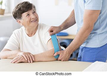 fysioterapeut, stikke, kinesiotape, til, kvinde