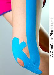 fysioterapi, -, knæ, hos, blå, kinesio, tape