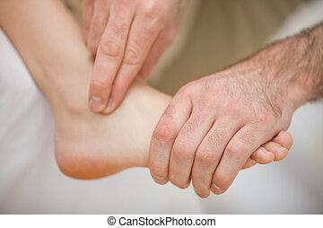 fysiotherapeut, blootsvoets, masserende handen
