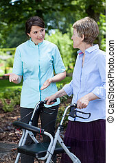 fysiotherapeut, en, oude vrouw, met, orthopedic, walker