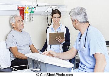 fysiotherapeut, en, patiënt, kijken naar, arts, in, rehab, centrum