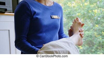 fysiotherapeut, geven, knie, therapie, om te, oude vrouw, 4k