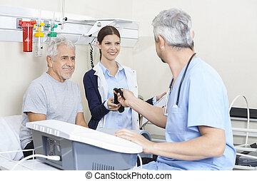 fysiotherapeut, geven, riem, om te, collega, terwijl, het vergasten, senior m