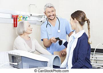 fysiotherapeut, geven, riem, om te, collega, terwijl, het vergasten, senior, p