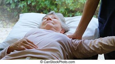 fysiotherapeut, geven, schouder, therapie, om te, oude vrouw, 4k