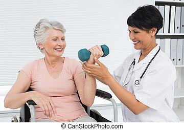 fysiotherapeut, helpen, oude vrouw, om te, lift, dumbbell