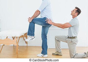 fysiotherapeut, het onderzoeken, back, man's, zijaanzicht