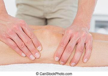 fysiotherapeut, het onderzoeken, een, jonge, van een vrouw been