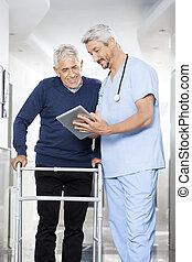 fysiotherapeut, het tonen, rapporten, op, digitaal tablet, om te, hogere mens