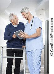 fysiotherapeut, het tonen, rapporten, op, digitaal tablet, om te, senior