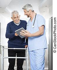 fysiotherapeut, het tonen, rapporten, op, tablet, computer, om te, hogere mens