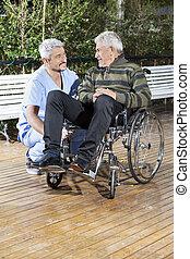 fysiotherapeut, kijken naar, invalide, hogere mens, in, wheelchair