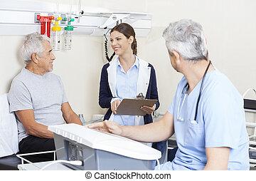 fysiotherapeut, kijken naar, senior, patiënt, in, rehab, centrum