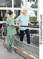 fysiotherapeut, kijken naar, senior, patiënt, wandelende, tussen, staaf