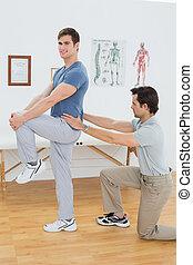 fysiotherapeut, mannelijke , zijaanzicht