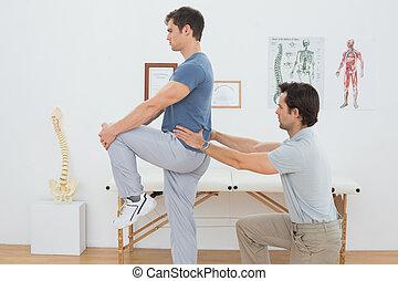fysiotherapeut, mannen, het onderzoeken, back, mannelijke , zijaanzicht