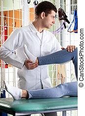 fysiotherapeut, masserende handen, patiënt