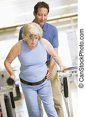 fysiotherapeut, met, patiënt, in, rehabilitatie