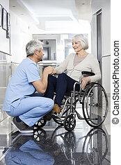 fysiotherapeut, vasthouden, senior, patiënt, overhandiig op, wheelchair
