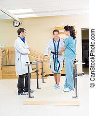 fysisk terapeut, bistå, kvindelig, patient, ind, gå