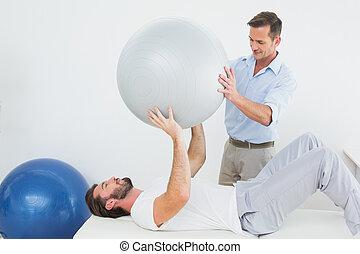 fysisk terapeut, bistå, mand, hos, yoga, bold