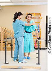 fysisk terapeut, bistå, mandlig, patient, ind, gå