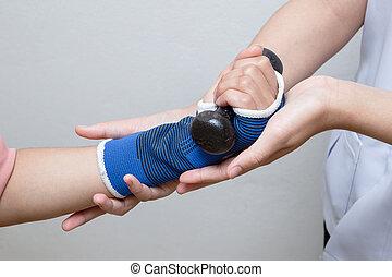 fysisk terapeut, bistå, patient, kvinde, ind, ophævelse, dumbbells
