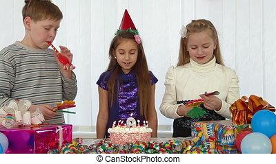 gâteau, célébrer, anniversaire, enfants
