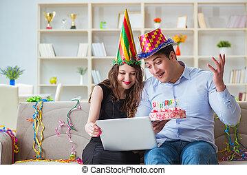 gâteau, célébrer, couple, anniversaire, jeune