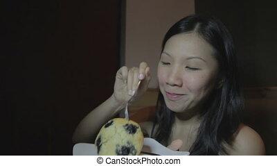 gâteau, femme, jeune, asiatique