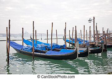 góndolas, con, azul, cubierta, en, venecia