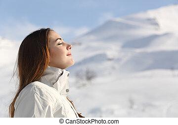 góra, kobieta, badacz, śnieżny, powietrze, dychając, świeży,...