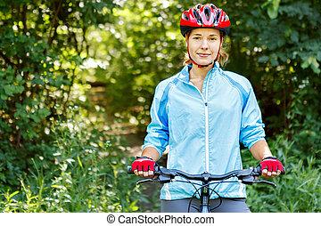 góra, kobieta, młody, bike., jeżdżenie, portret, szczęśliwy