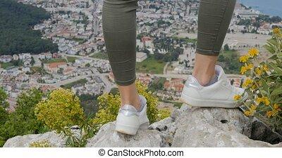 góra, kobieta, wycieczkowicz, stać, skała, nogi, daszek