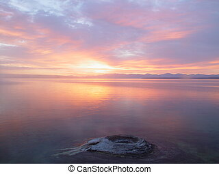górskie jezioro, wschód słońca