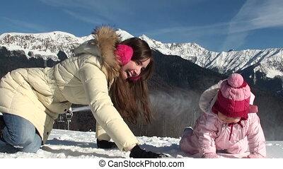 góry, córka, jej, rzeźbić, słoneczny, snowballs., macierz, uśmiechanie się, dzień, szczęśliwy