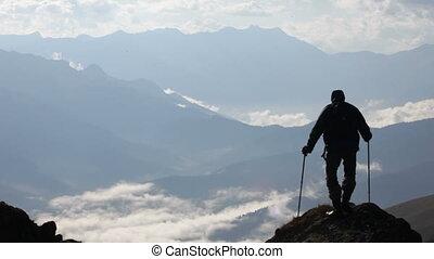 góry, chmury, podróżnik