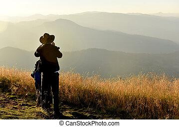 góry, cieszący się, zachód słońca, odprężając, ludzie