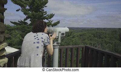 góry, kobieta, przez, teleskop, spojrzenia
