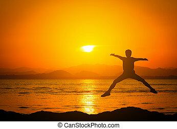 góry, sylwetka, skokowy, sunset., plaża, człowiek