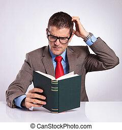 głowa, jego, handlowy, młody, czyta, książka, zadraśnięcia, człowiek