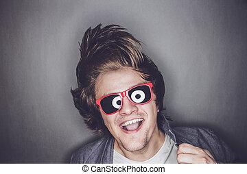 głowa, jego, sunglasses, młody, potrząsanie, człowiek