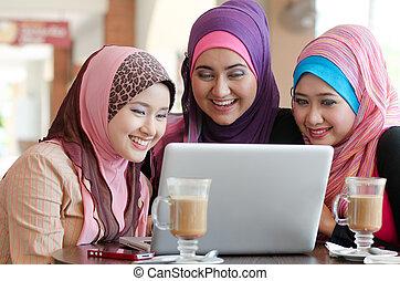 głowa, kobieta, laptop, muslim, młody, używając, kawiarnia,...