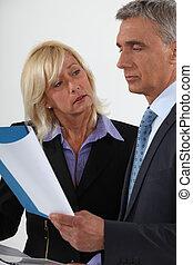gaan, zakelijk, op, belangrijk, senior, document, paar