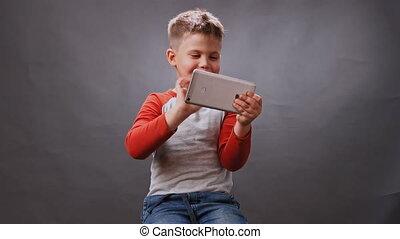 gadget., tient, studio., jeux, mobile, garçon, video., téléphone, qualité, élevé, enfant