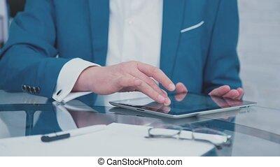 gadgets., tablet., closeup, mains, homme affaires, apprécier