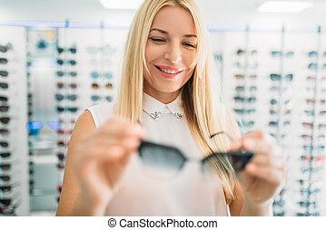 gafas de sol, óptico, hembra, óptica, tienda, exposiciones