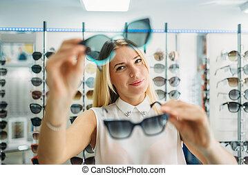 gafas de sol, chooses, hembra, comprador, óptica, tienda