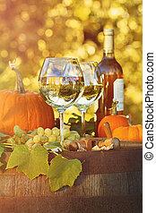 gafas vino blanco, con, calabazas, en, barril